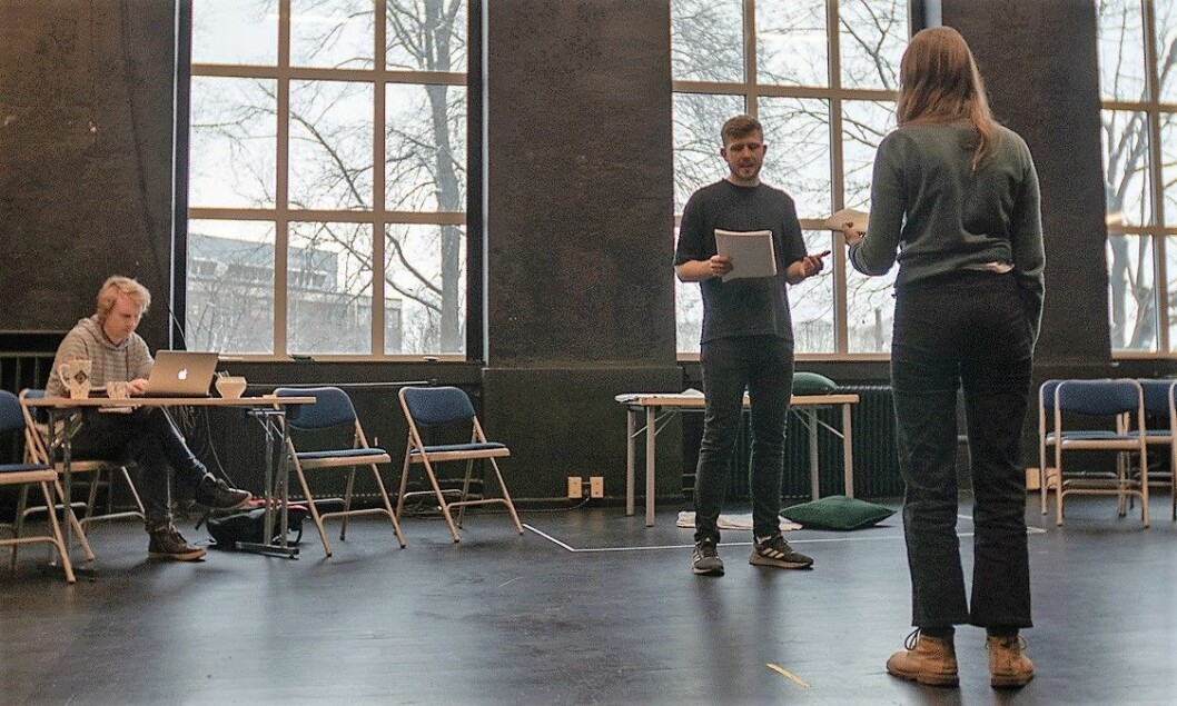 Antiteaterets Even Torgan og Eili Harboe øver mens Thor-André Walløe følger med bak en laptop. Harboe er kjent fra filmer som Kompani Orheim og Thelma. Foto: Thor Langfeldt