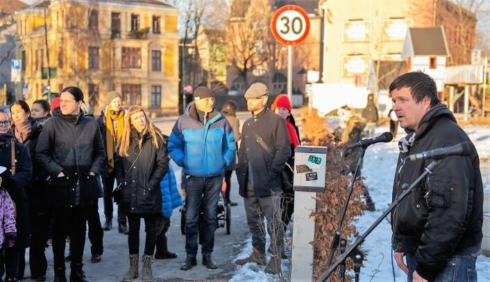 Leder i Grønland beboerforening, Andreas Drevland taler gjennom trafikkstøyen til de rundt 70-80 frammøtte. Foto: Morten Lauveng Jørgensen