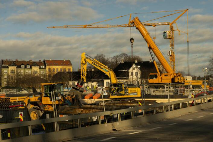 Noen meter lenger ned i Bispegata er det Follobanens byggeplass som preger bildet. Foto: Morten Lauveng Jørgensen