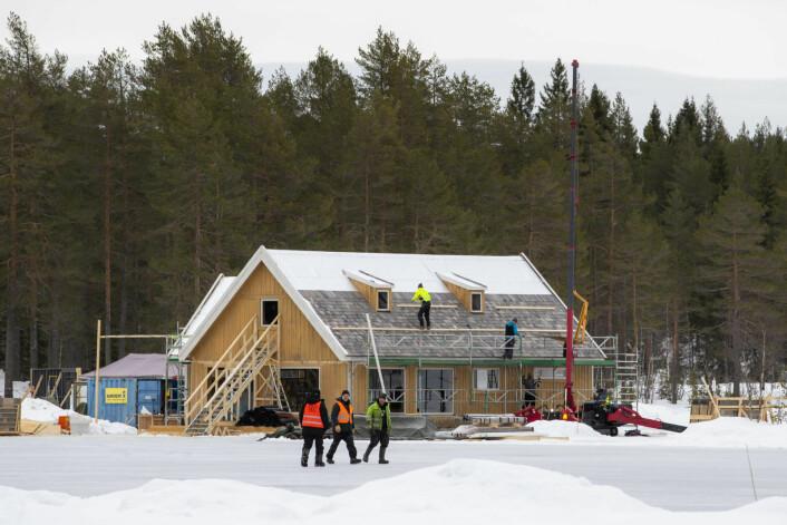 Ved Langvann i Nordmarka, på grensen mellom Oslo og Nittedal, oppføres det et hus som trolig skal benyttes i innspilling av en James Bond-film. Foto: Håkon Mosvold Larsen / NTB scanpix