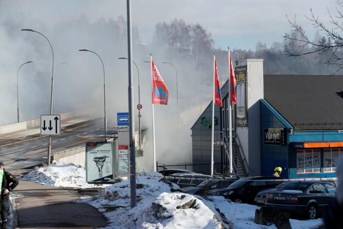 Politiet oppfordrer folk også utenfor det evakuerte området til å holde vinduer og dører lukket på grunn av farlig røyk. Foto: Terje Bendiksby / NTB scanpix