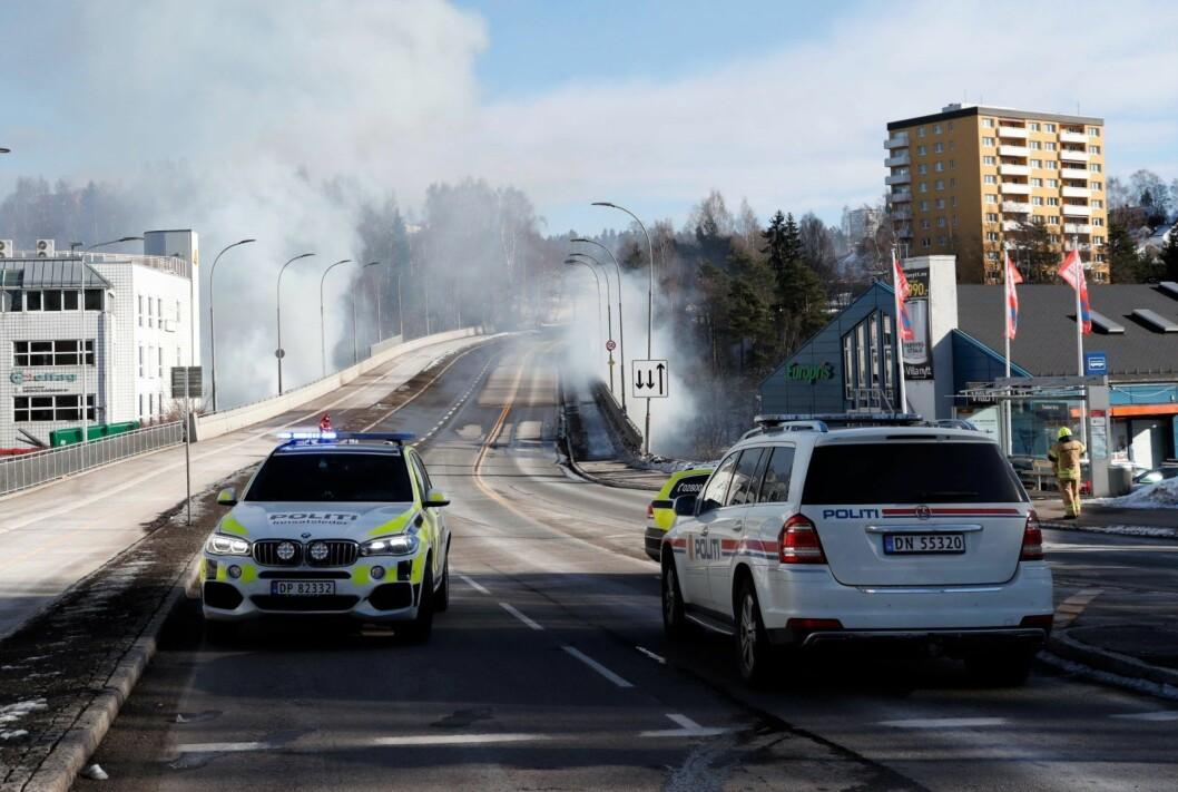 De fleste sperringene ble dermed opphevet. Unntaket var delene av Tvetenveien som går over en bro fordi det er uklart om bærekonstruksjonen i broen er skadd på grunn av varmegang. Foto: Terje Bendiksby / NTB scanpix