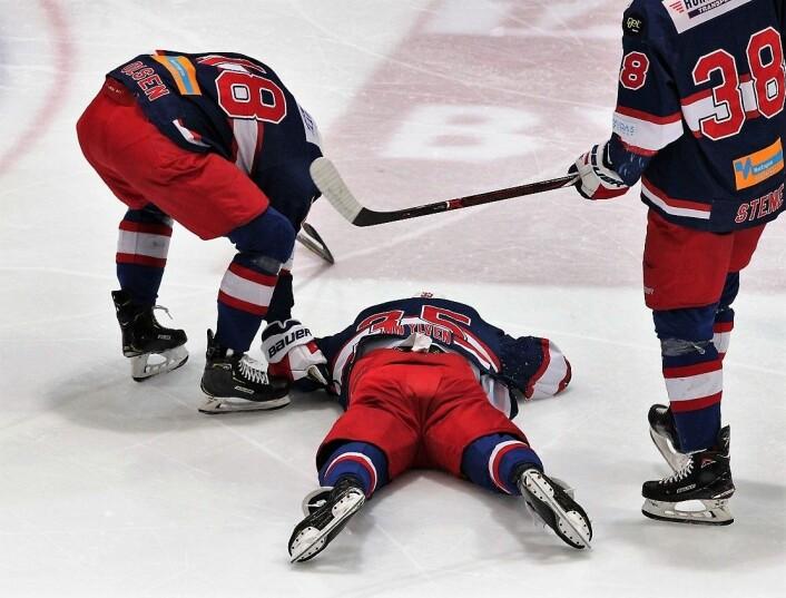 Martin Laumann Ylven går ned for telling to minutter ut i kampen og må hjelpes ut av banen. Foto: André Kjernsli