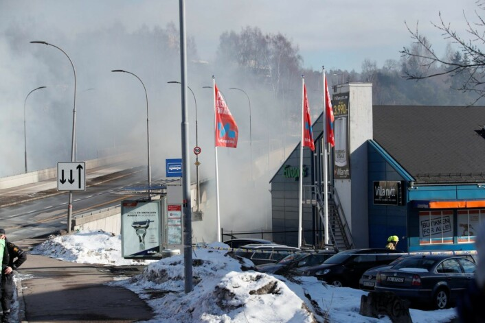 Brannen spredte seg fra en feiemaskin til verkstedet som ligger inntil Tvetenveien. Dette er en av de viktigste veiene opp mot Tveita og videre mot Haugerud, Trosterud og den østlige siden av Groruddalen. Foto: Foto: Terje Bendiksby / NTB scanpix
