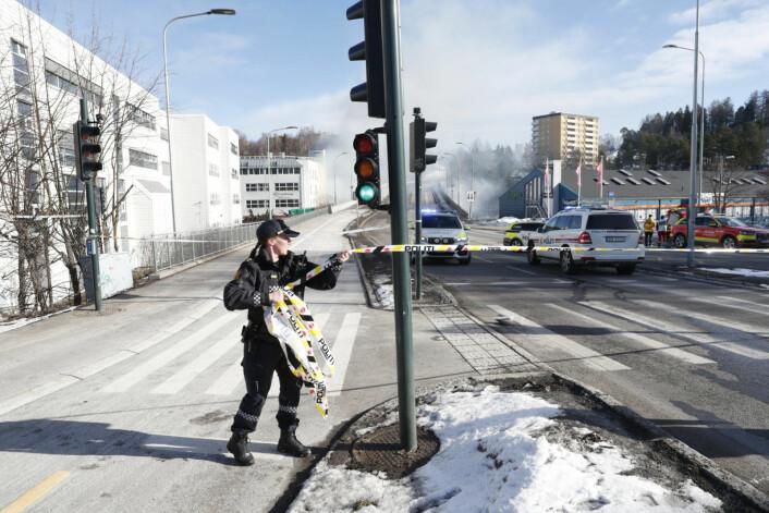 Her sperrer politiet Tvetenveien og broen som går over blant annet jernbanen. Foto: Terje Bendiksby / NTB scanpix