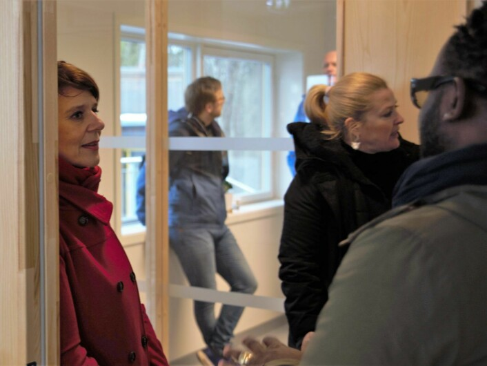 Helsebyråd Tone Tellevik Dahl (Ap) i samtale med ansatte i kommunens rusomsorg. Foto: Oslo kommune