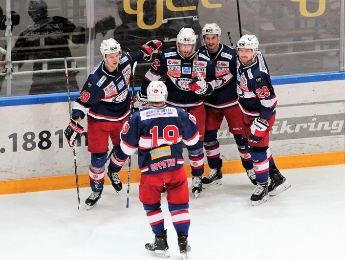 Vålerengas Filip Gunnarsson (i midten) gratuleres av lagkamerater etter at han kom på scoringslista igjen. Foto: André Kjernsli