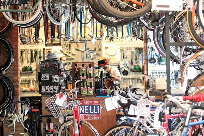 Bakerst i sykkelavdeling bygges det sykler. Nytt og gammelt om hverandre. Snart skal studenter også kunne leie for en billig penge hos Oslovelo. Foto: André Kjernsli