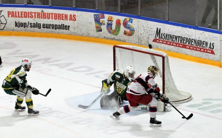 Martin Roymark jakter pa hat-trick, men her blir vinkelen for skrå. Foto: André Kjernsli
