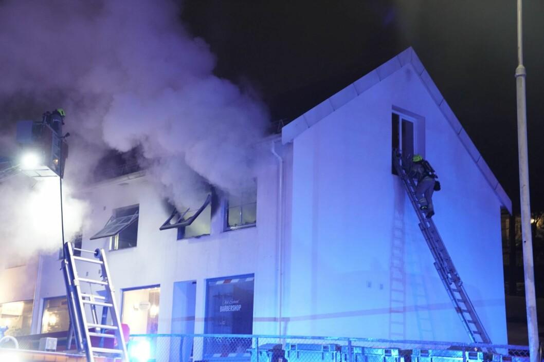 Det brenner kraftig i en leilighet i Herregårdsveien på Nordstrand i Oslo. Politiet opplyste klokken 22.35 at de er i gang med å evakuere bygget. Foto: Cornelius Poppe / NTB scanpix