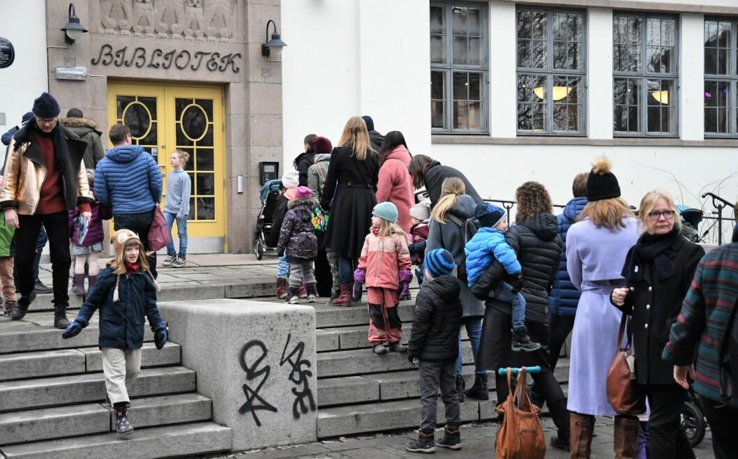 Interessen var stor blant Løkka-beboerne og køene lange for å ta det nye biblioteket på Schous plass i nærmere øyesyn lørdag. Foto: Christian Boger