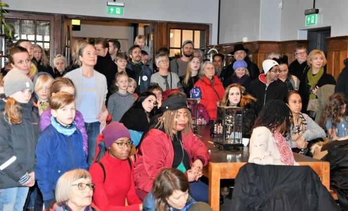 Det var mange som hadde tatt veien til åpningsseremonien for det rehabiliterte biblioteket på Schous plass. Foto: Christian Boger