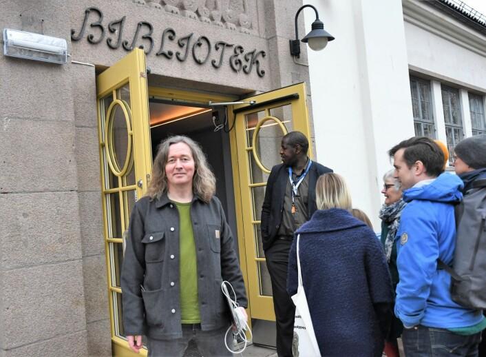 """Leder for biblioteket på Schous plass, Kenneth Korstad, er svært fornøyd med bibliotekets """"make-over"""". Foto: Christian Boger"""