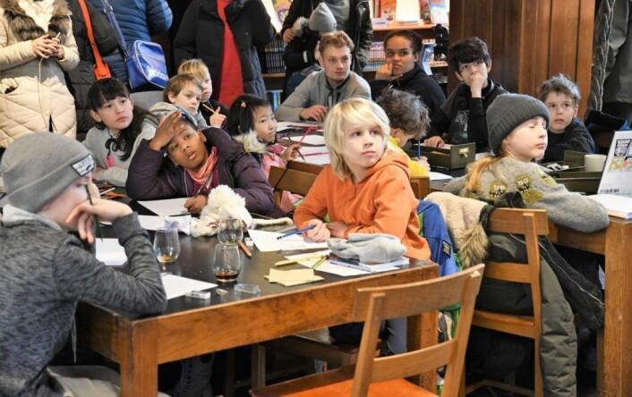 Tegneserieavdelingen ved Deichman Grünerløkka er landets eneste. Under lørdagens åpningsfest fikk unge og gamle en innføring i tegneserietegning av seriekunstner Tore Strand Olsen. Foto: Christian Boger
