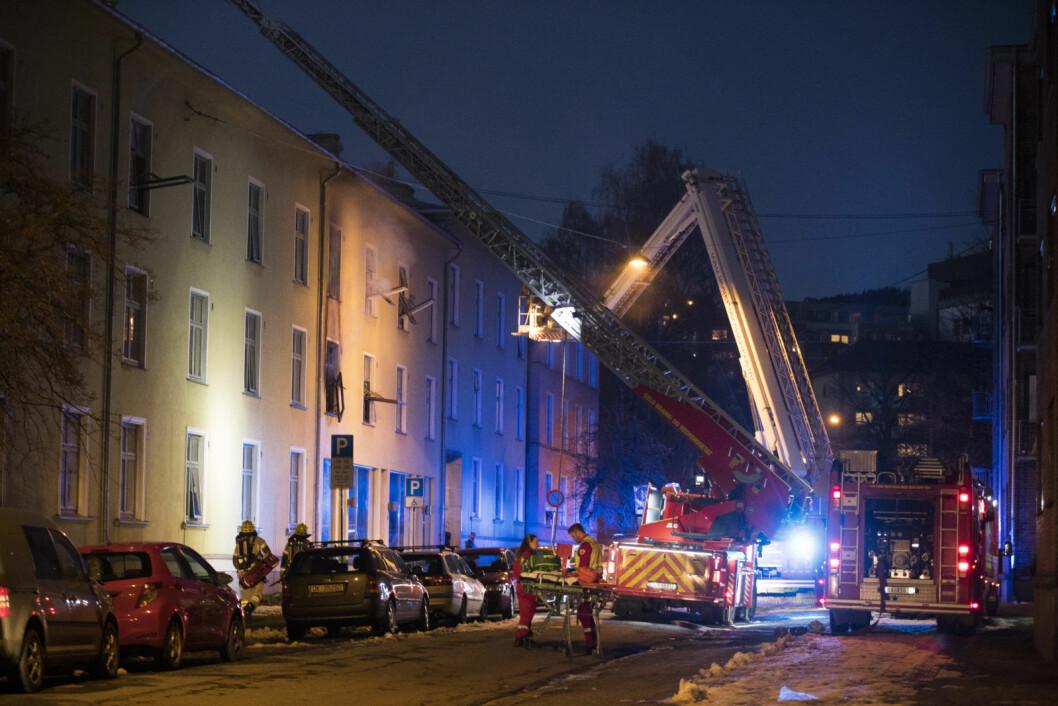 Ingen personer ble skadet i brannen i Kyrre Grepps gate på Torshov. Men det skal være store materielle skader som gjør leilighetene ubeboelige, opplyser politiet. Brannårsaken er foreløpig ukjent.  Foto: Terje Pedersen / NTB scanpix