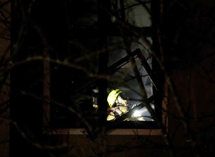 Brannvesenet fikk raskt kontroll på flammene i 2. og 3. etasje. � Vi jobber nå med å komme oss inn på loftet, opplyste brannvesenet rett før klokken 19.30 mandag kveld. Foto: Terje Pedersen / NTB scanpix