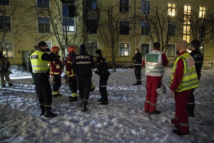 Alle nødetatene rykket ut til brannen i Kyrre Grepps gate på Torshov. Brannvesenet var på plass med ni biler, og fikk rakst kontroll på flammene. Men flere leiligheter er ubeboelige, opplyser både politiet og brannvesenet. Foto: Terje Pedersen / NTB scanpix