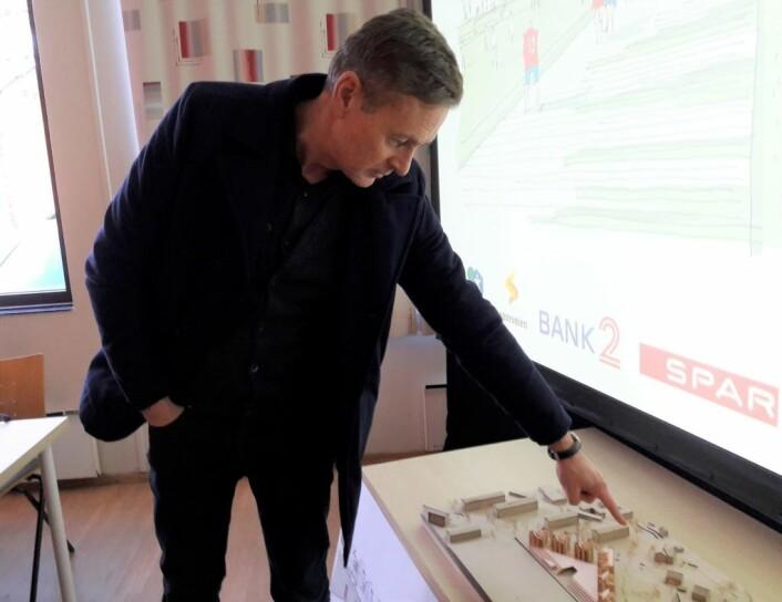 Arkitekt Reiulf Ramstad vil stramme inne det uoversiktlige veikrysset utenfor Skeidbanen. Det vil også frigjøre fellesområder utendørs. Foto: Anders Høilund