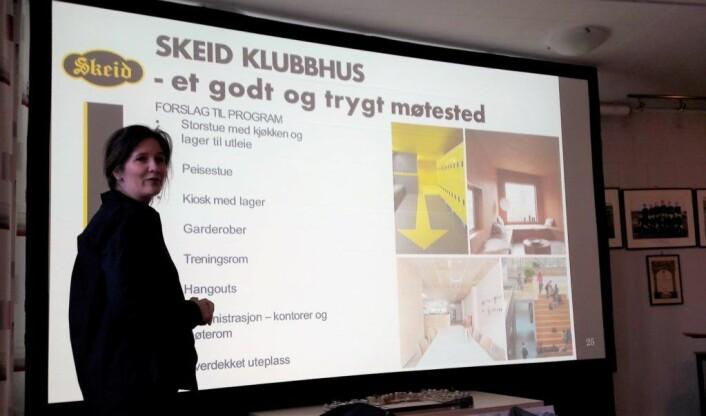 Arkitekt Anja Strandskogen forklarte om tankene arkitektene har hatt ved utformingen av prosjektet. Foto: Anders Høilund