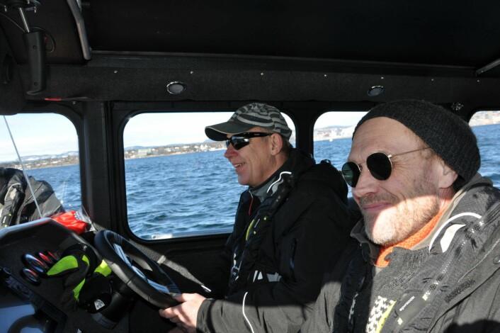 Skipper Egil Sæther (til v.) og Jorn nyter det flotte vårværet på vei ut mot øyene. Nå starter det årlige arbeidet med å fjerne farlig plast og avfall fra hekkeplassene innerst i Oslofjorden. Foto: Arnsten Linstad