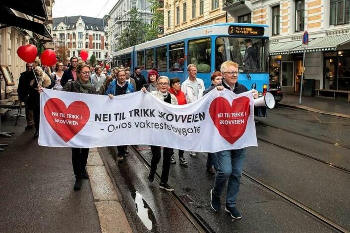 I fjor høst arrangerte lokale velforeninger en demonstrasjon mot flytting av Briskebytrikken til Skovveien. Her marsjerer ledelsen i Skovveien Vel i front for demonstrantene ned Frognerveien mens Frognertrikken passerer. Foto: Morten Lauveng Jørgensen