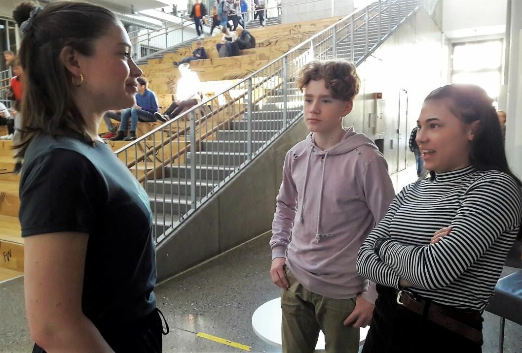 Etter foredraget fortsatte den engasjerte praten mellom Emilie Hernes Vereide (tv) og elevene William Høiden og Linnea Eriksen. Foto: Anders Høilund