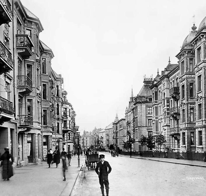 Skovveien utgjorde fra 1859 til 1878 en del av bygrensen for Christiania. Dertter kom den særegne bebyggelsen med de flotte fasadene. Skovveien har egentlig ikke forandret seg særlig siden dette udaterte bildet ble tatt. Trolig er det fra rundt 1890-tallet. Foto: Oslo bymuseum