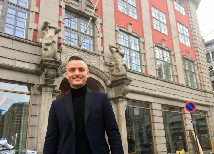 Hotelldirkektør Wilhelm Hartvig ønsker velkommen til det nye hotellet, Amerikalinjen, ved Jernbanetorget. Det gjør også to havvesener ved inngangen. Foto: Vegard Velle