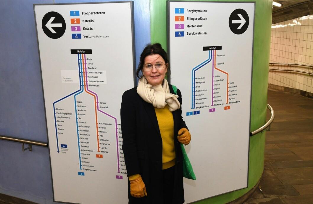 Grønt for marka og blått for sentrum skal vise vei for de reisende på Helsfyr T-banestasjon. Bak utsmykningen står Frogner-kunstneren Katrine Giæver. Foto: Christian Boger