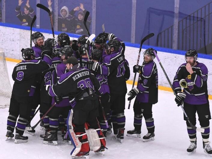 Torsdag kveld kunne Grüner hockey juble over opprykk til Get-ligaen. Her jubler de etter seier i hjemmekampen mot Ringerike tidligere i kvalifiseringsspillet. Foto: Christian Boger