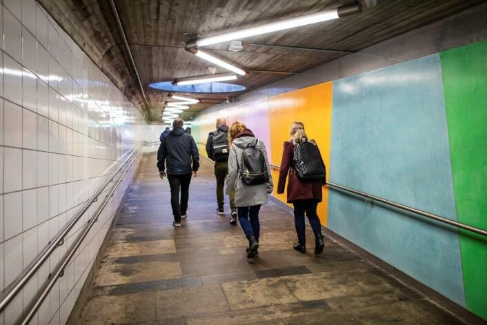 Nå får de reisende på Helsfyr t-banestasjon en mer fargerik hverdag. Foto: Katrine Holland