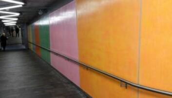 Veggene ned til perrongene har blitt fargerike og nye etter utsmykningen til kunstner Katrine Giæver. Foto: Christian Boger