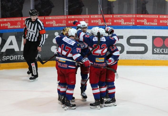 VIF tar ledelsen mot slutten av midtperioden. Tobias Lindtrøm (gullhjem) er sist på pucken. Foto: André Kjernsli