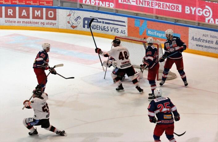 Endre Medby (nr 55) scorer Frisk sitt tredje mål og sørger for spilleforlengelse. Foto: André Kjernsli