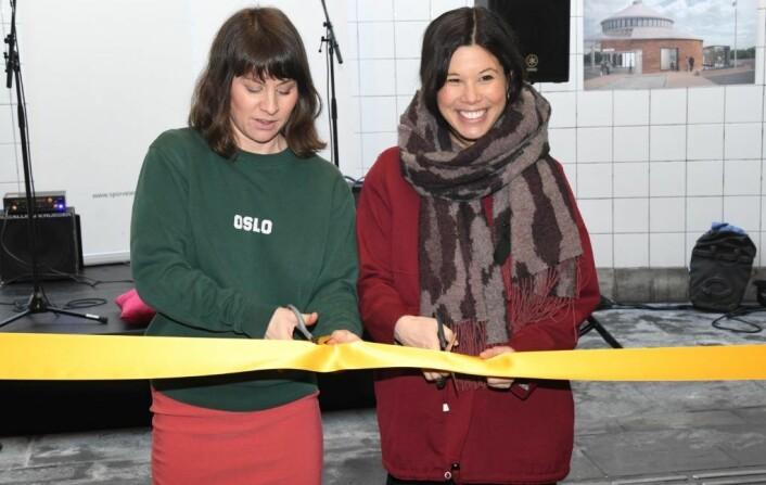 Det er gøy å åpne en nyoppusset t-banestasjon. Byrådene Rina Mariann Hansen og Lan Marie Nguyen Berg sto for den høytidelige snorklippingen under torsdagens åpning. Foto: Christian Boger