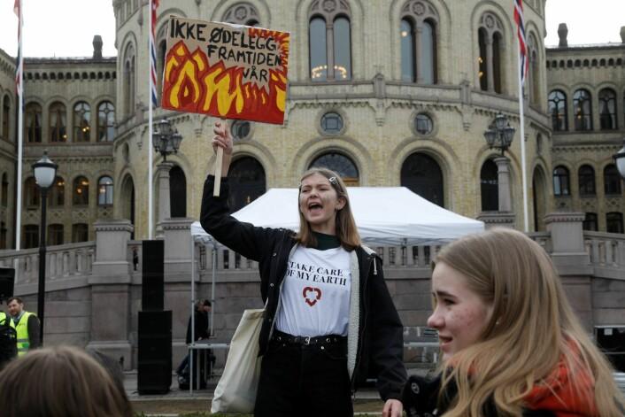 Henny Holtedal fra den franske skolen i Oslo og andre streikende skoleelever er på plass utenfor Stortinget fredag morgen. Foto: Tom Hansen / NTB scanpix