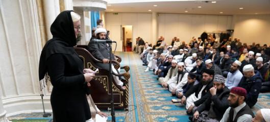 Pia Farstad von Hall (H) deltok i fredagsbønn. Oslos største moské, Central Jamaat på Grønland, hedret terrorofre