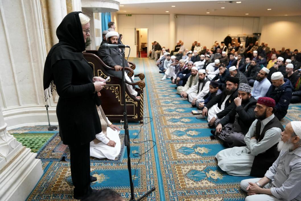 Som praksisen tilsier, er det i Central Jamaat-e Ahl-e Sunnat moskeen et eget bønnerom for kvinner. Medlem av Høyres kvinneforum og bystyremedlem, Pia Farstad von Hall, deltok imidlertid i hovedrommet som er forbeholdt menn. På hodet bærer Høyre-politikeren, i likhet med New Zealands statsminister Jacinda Ardern tidligere i uken, skaut og ikke hijab. Hijab er et hodeplagg som også dekker håret. Foto: Cornelius Poppe / NTB scanpix