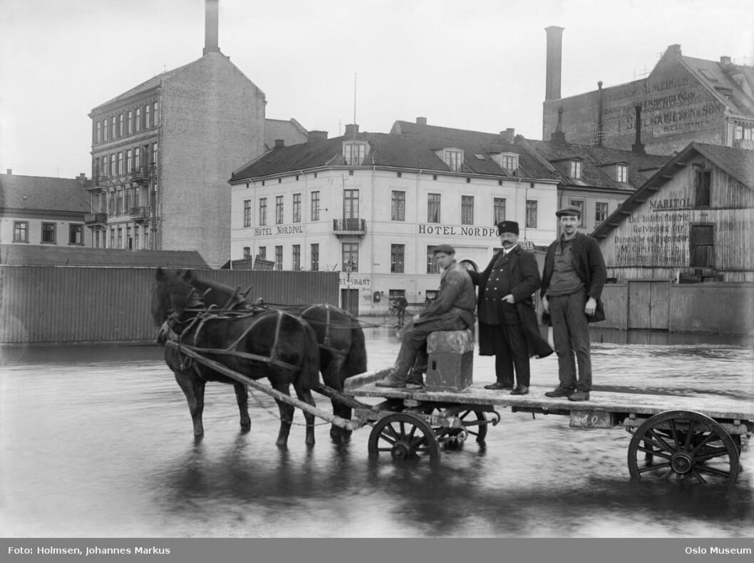 Oversvømmelse ved Revierbrygga i Bjørvika rundt 1915. I bakgrunnen skimtes Hotel Nordpol. Foto: Johanne Markus Holmsen / Oslo bymuseum