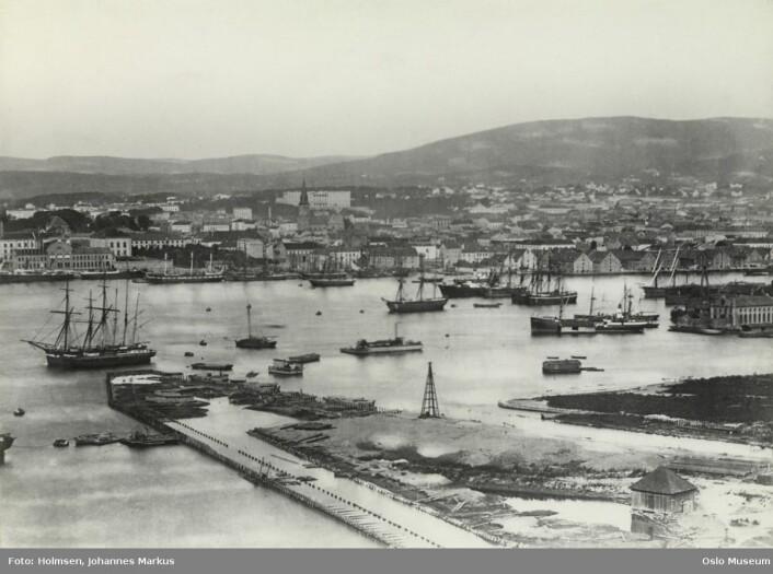 Dette bildet av Bjørvika er tatt rundt 1880, og viser hvor stor aktivitet det var i havna den gang. Foto: Johanne Markus Holmsen / Oslo bymuseum