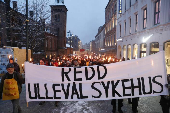 Tilhengere for bevaring av Ullevål sykehus arrangerte i vinter fakkeltog og markering utenfor Stortinget. Foto: Terje Bendiksby / NTB scanpix