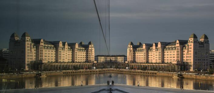 4. januar i år og Havnelageret speiler seg i Operaen i Bjørvika. Foto; Ole Berg-Rusten / NTB scanpix