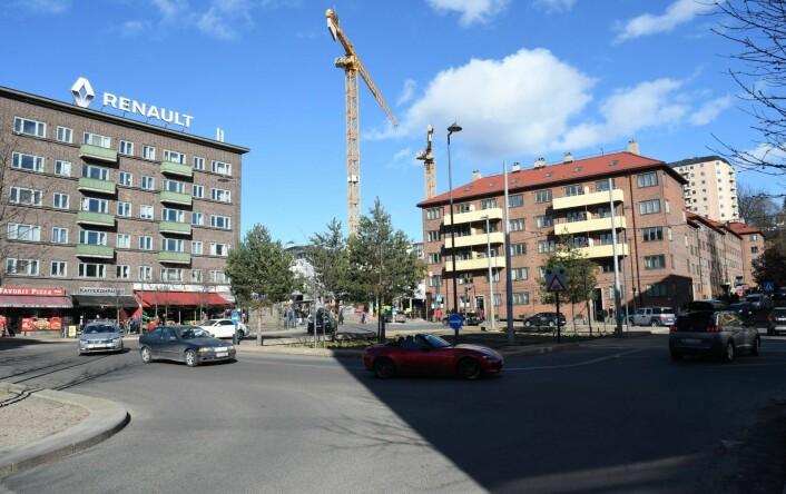 Carl Berners plass er for mange en trafikkmaskin. Det ønsker Per Gunnar Dahl gjennom opprettelsen av en velforening å endre på. Foto: Christian Boger