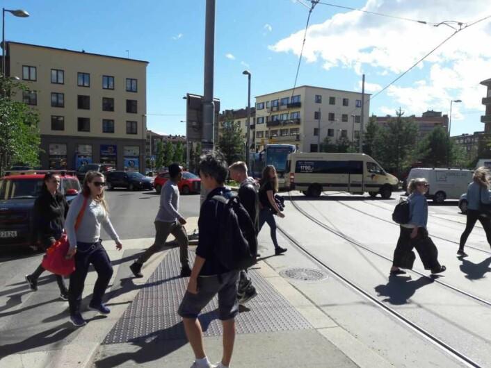 Fotgjengere haster over ved Carl Berners plass en sommerdag. Før den firkantede rundkjøringen, var et av byens farligste lyskryss her. Foto: Anders Høilund