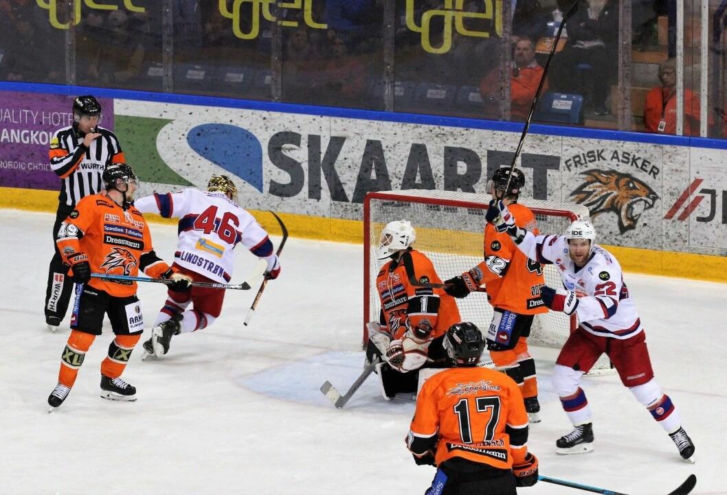 Tobias Lindstrøm setter inn Vålerengas fjerde mål mot Frisk lørdag kveld, og Martin Røymark kan slippe jubelen løs. Foto: André Kjernsli