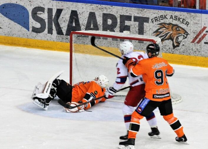 Frisk-keeper Nicklas Dahlberg fikk det hektisk i begynnelsen av semifinalen. Men Vålerenga fikk ikke satt pucken bak sisteskansen i første periode. Foto: André Kjernsli