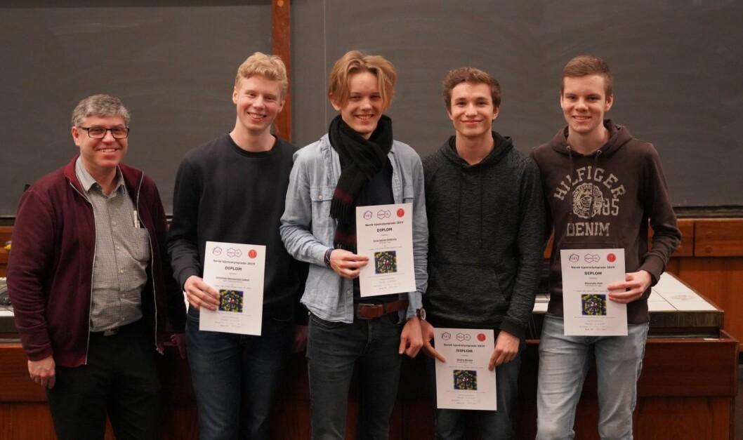 Fra venstre står OL-ansvarlig Hans Petter Hersleth, Johannes Løken, Torje Igland Hellerslia, Audun Bergan og Alexander Kval. Foto: Elina Melteig / Universitetet i Oslo