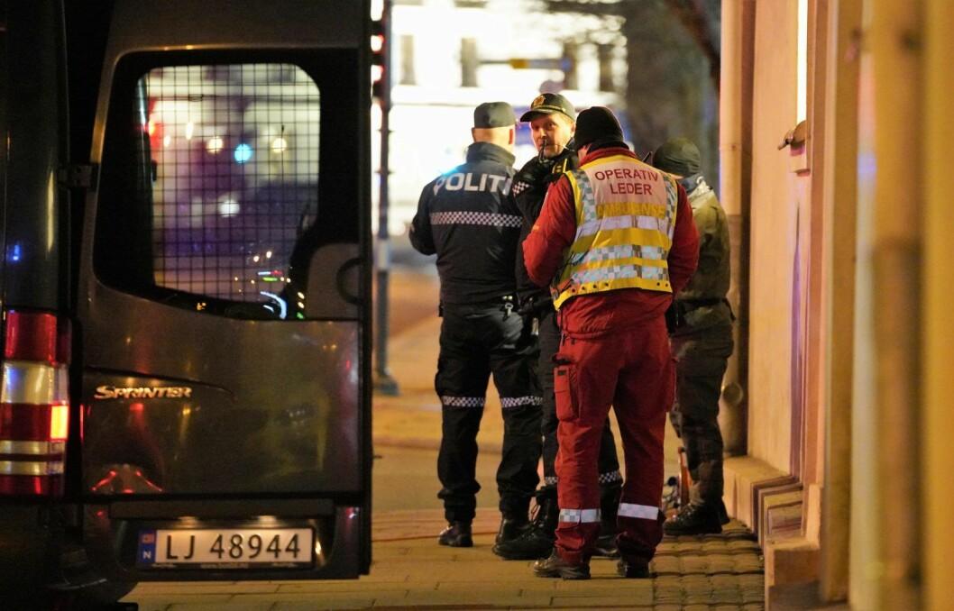 Nødetatene på plass i krysset Christian IVs gate og Fredriks gate ved Slottsparken. Politiets bombegruppe fastslo ved 22.30-tiden at den mistenkelige gjenstanden var ufarlig. Foto: Fredrik Hagen / NTB scanpix