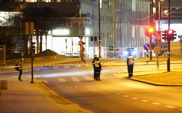 Området ved Slottsparken ble sperret av i påvente av at politiets bombegruppe skulle undersøke den mistenkelige gjenstanden. Det førte til at Ring 1 var sperret ved krysset Christian IVs gate og Fredriks gate ved Slottsparken. Foto: Fredrik Hagen / NTB scanpix