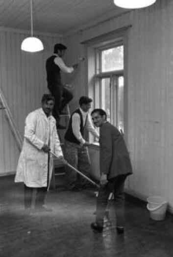 Pakistanske arbeidsinnvandrer fikk midlertidig bosted i Møllergata skole i 1971. Her rengjør og pusser fire pakistanske menn opp et rom i skolen. Foto NTB / Scanpix